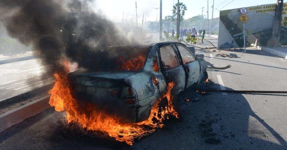 27.jun.2013 - Carro é incendiado por manifestantes durante protesto em Fortaleza antes de Itália x Espanha