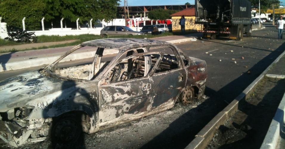 27.jun.2013 - Carro fica queimado em Fortaleza depois de protestos de manifestantes