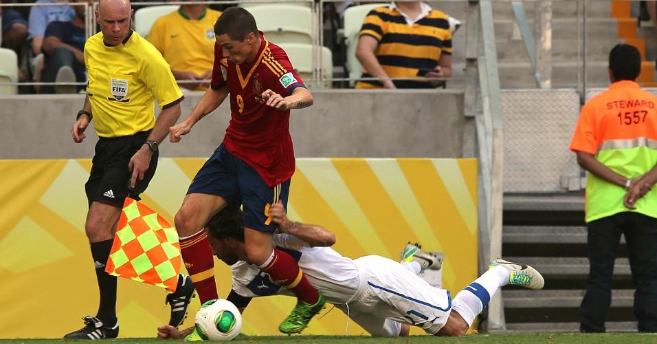 27.jun.2013 - Espanhol Fernando Torres parte com a bola dominada e deixa o italiano Pirlo no chão