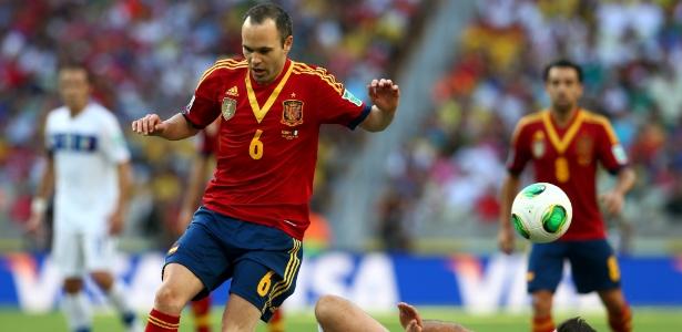 Iniesta luta pela bola durante a partida contra a Itália que garantiu vaga da Espanha em final com Brasil