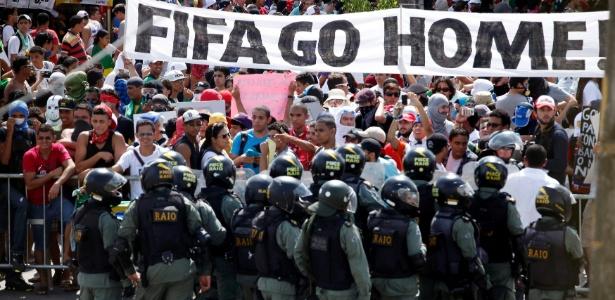 Protesto contra a Copa-2014 próximo ao Castelão, antes do jogo Itália e Espanha