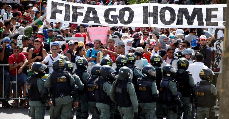 27.jun.2013 - Manifestantes carregam faixa em inglês com a frase