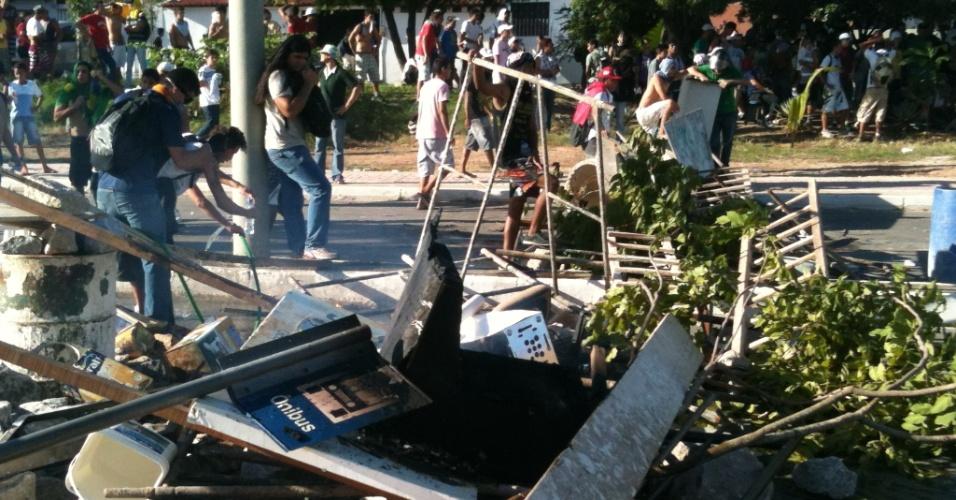 27.jun.2013 - Manifestantes fazem barricada para se proteger da polícia