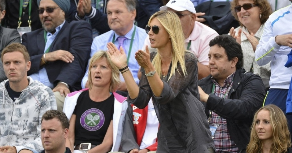 27.jun.2013 - Maria Sharapova levanta para aplaudir jogada do namorado Grigor Dimitrov