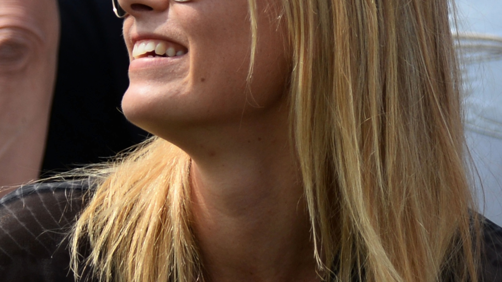 27.jun.2013 - Maria Sharapova sorri enquanto assiste a partida de seu namorado, Grigor Dimitrov, contra Grega Zemlja