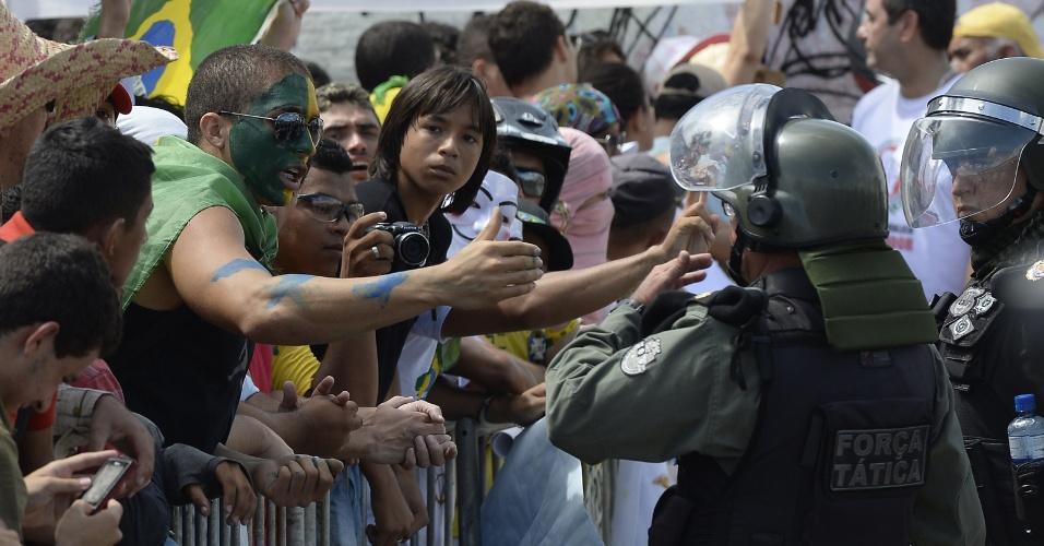 27.jun.2013 - Policiais e manifestantes conversam antes de início de confronto em Fortaleza
