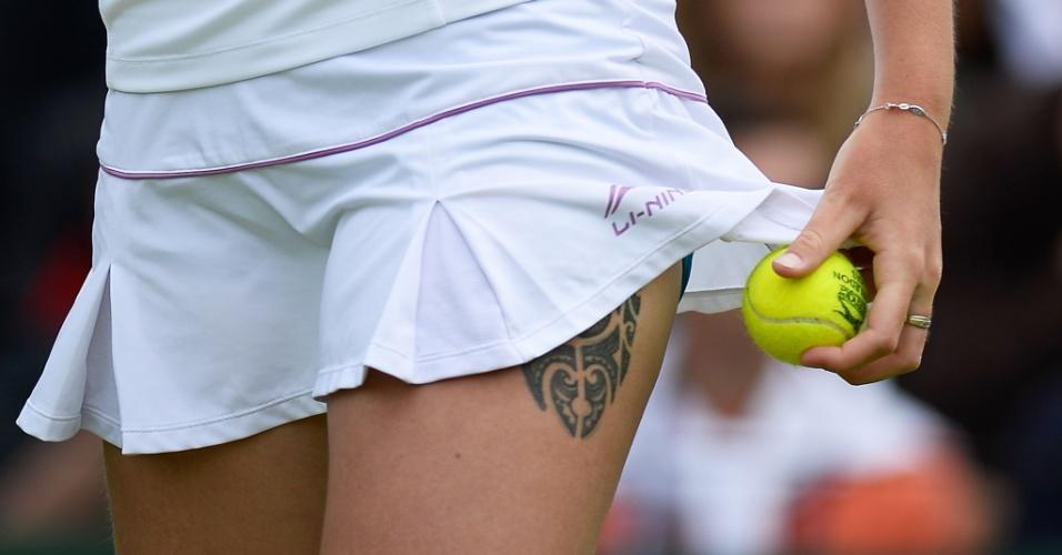 27.jun.2013 - Tatuagem de na coxa de Karolina Pliskova é mostrada em detalhe, escondida por trás de saia em Wimbledon