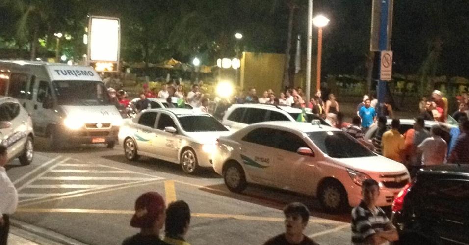 27.jun.2013 - Taxistas interrompem trânsito na avenida Beira-Mar, em Fortaleza, e protestam contra a Fifa em frente do hotel da Espanha