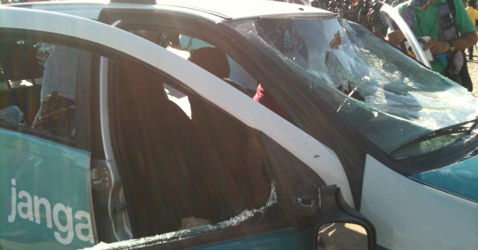 27.jun.2013 - Vidros do carro de reportagem da TV Jangadeiro ficam destruídos após serem atingidos por pedras durante confronto entre policiais e manifestantes no Castelão