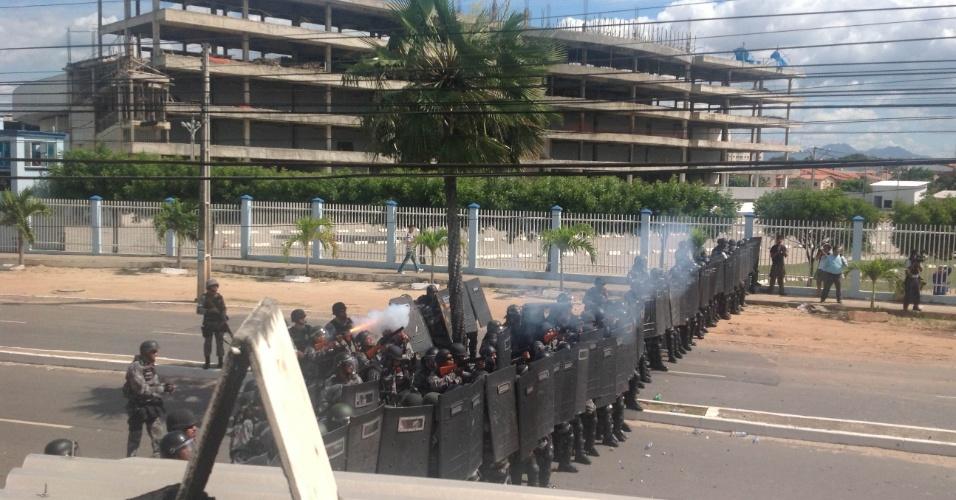 27.jun.2013 - Policiais reagem aos ataques dos manifestantes com bombas em Fortaleza