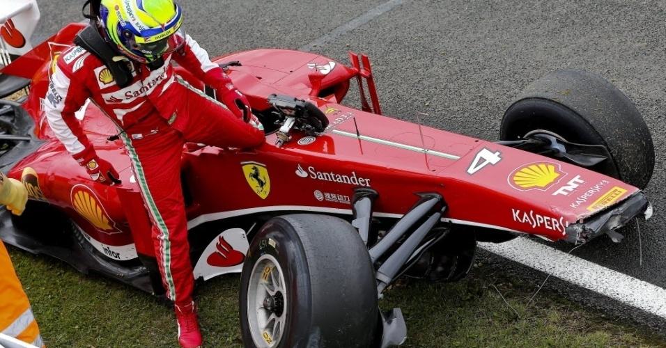 28.jun.2013 - Felipe Massa deixa sua Ferrari após sofrer acidente durante o segundo treino livre em Sivlerstone