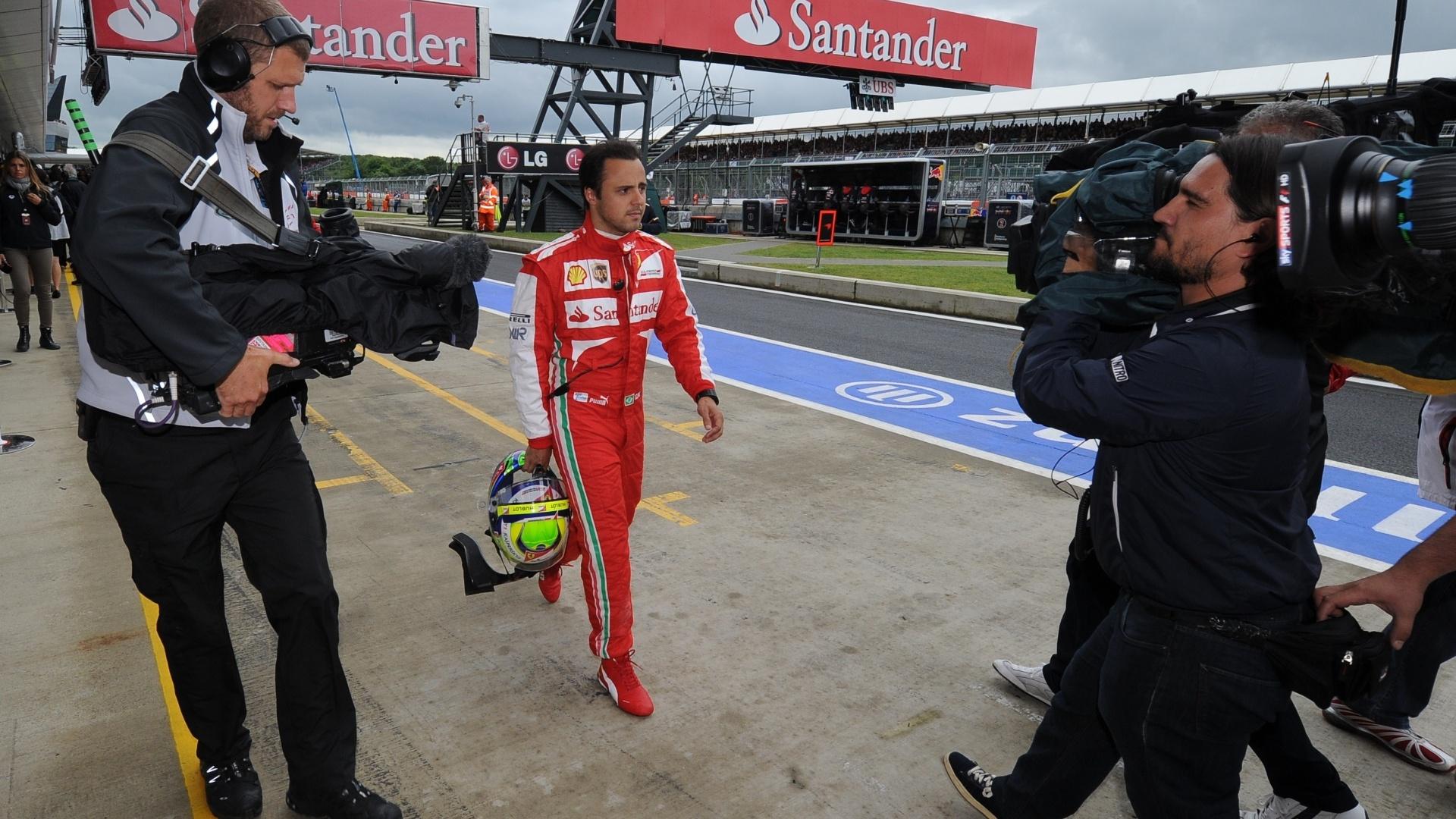 28.jun.2013 - Felipe Massa volta a pé para os boxes de Silverstone após sofrer acidente durante os treinos livres para o GP da Grã-Bretanha