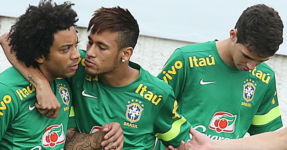 28.jun.2013 - Marcelo e Neymar brincam durante o treino da seleção brasileira em São Januário