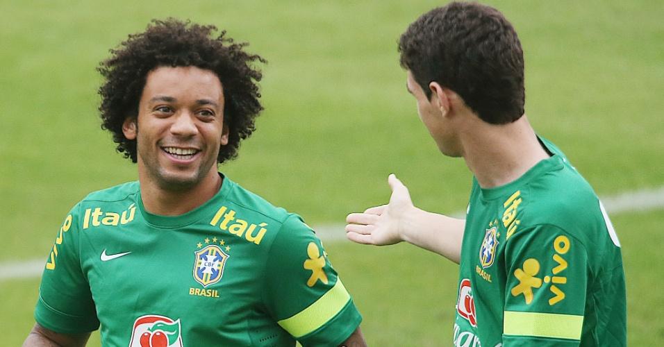 28.jun.2013 - Marcelo e Oscar brincam durante o treino da seleção brasileira em São Januário