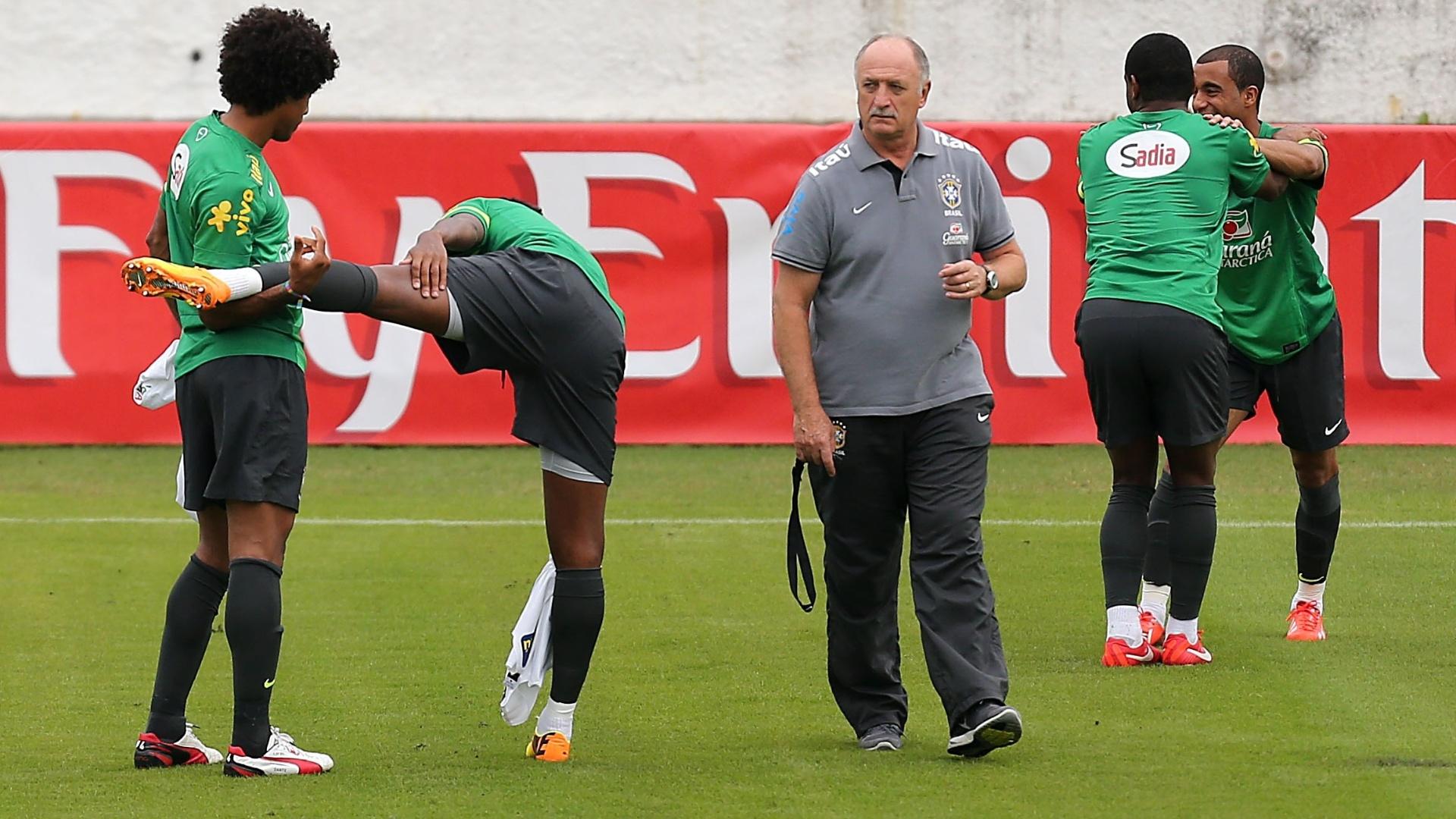 28.jun.2013 - Técnico Luiz Felipe Scolari caminha pelo gramado enquanto os jogadores fazem alongamento antes do treino