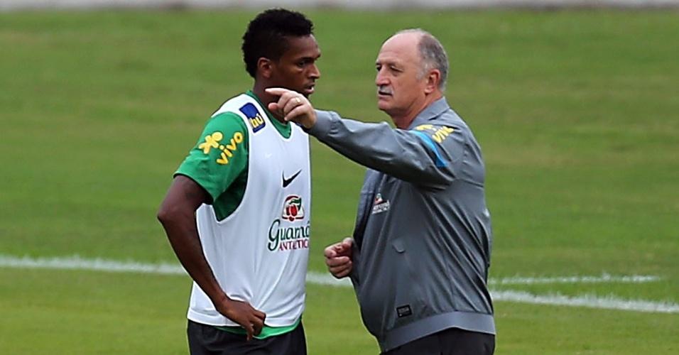 28.jun.2013 - Técnico Luiz Felipe Scolari conversa com o atacante Jô