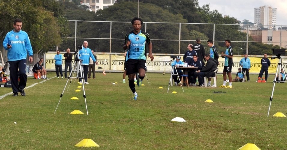 Zé Roberto faz teste físico no gramado suplementar do Olímpico (28/06/2013)