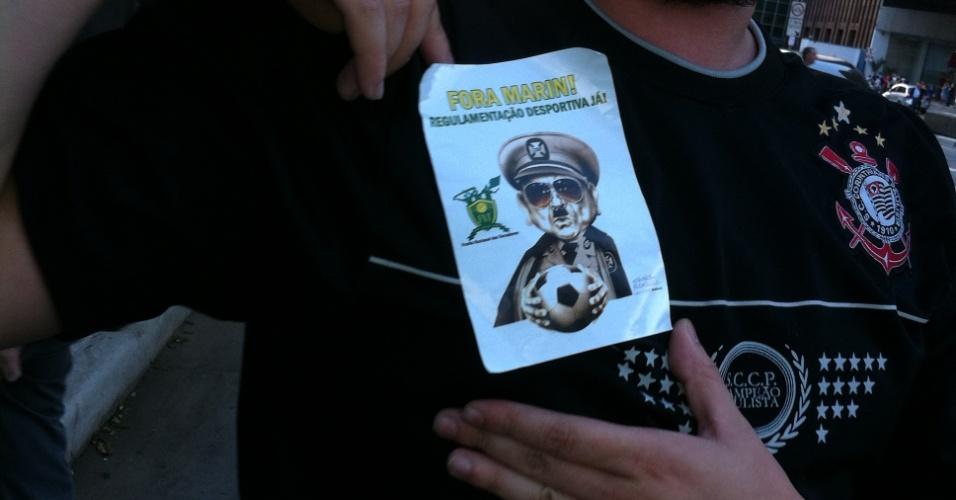 29-06-2013 - Com adesivo no peito, manifestante pede regulamentação esportiva