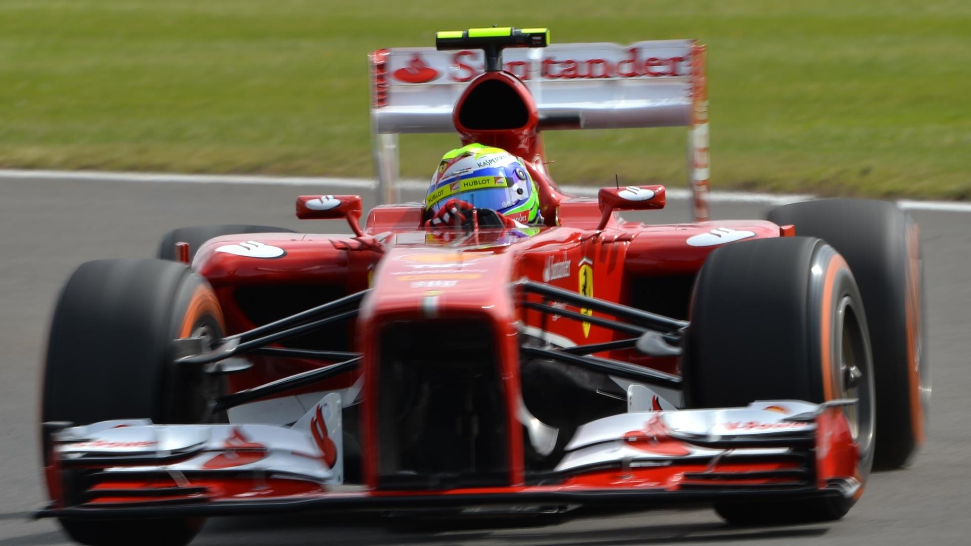 29.jun.2013 - Felipe Massa guia sua Ferrari pelo circuito de Silverstone durante treino de classificação do GP da Inglaterra