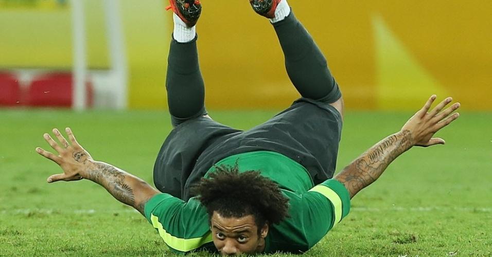 29.jun.2013 - Marcelo dá peixinho no gramado do Maracanã durante treino da seleção brasileira