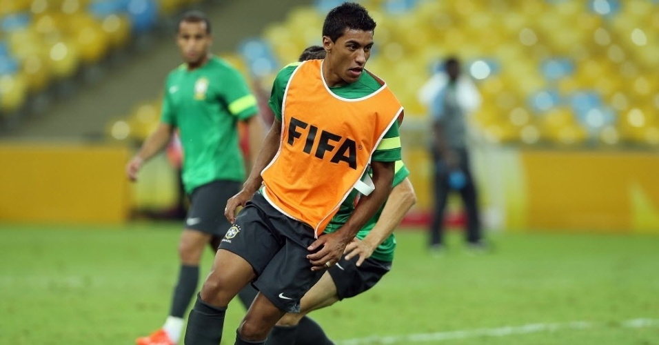 29.jun.2013 - Paulinho participa de jogo coletivo no treino da seleção brasileira no Maracanã