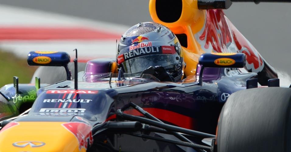 29.jun.2013 - Sebastian Vettel pilota sua Red Bull pelo circuito de Silverstone durante treino de classificação para o GP da Inglaterra