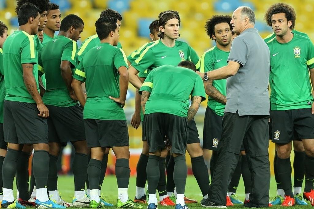 29.jun.2013 - Técnico Luiz Felipe Scolari conversa com jogadores da seleção brasileira durante treino no Maracanã