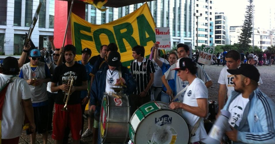 Grupo protesta no vão do MASP e pede saída de José Maria Marin da presidência da CBF