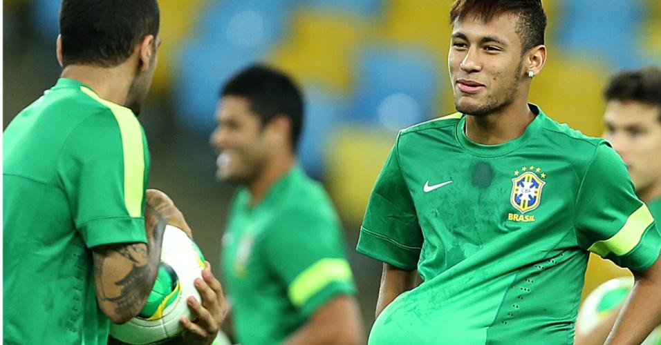 Neymar brinca com Daniel Alves durante treinamento da seleção brasileira neste sábado