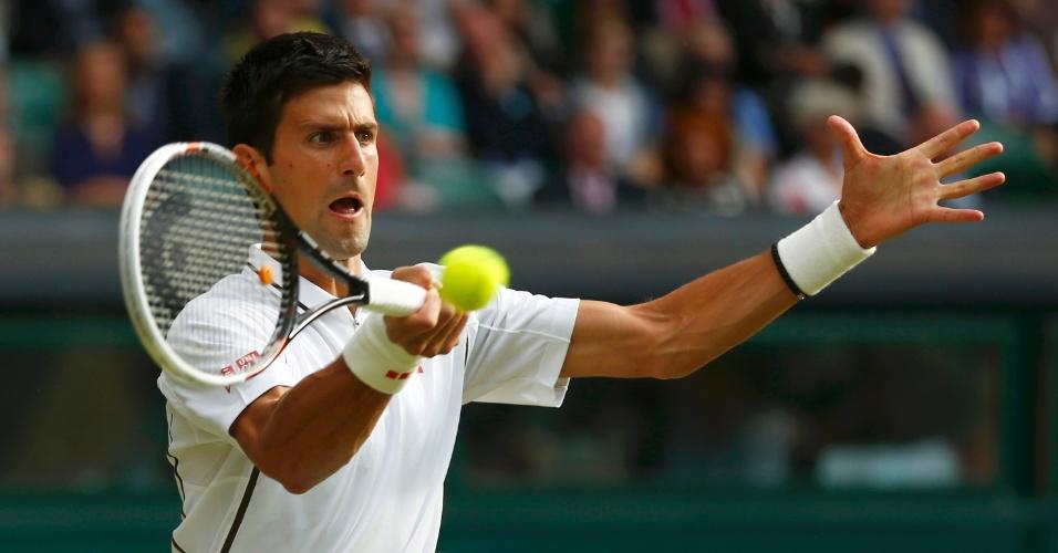 Novak Djokovic devolve a bola contra o francês Jeremy Chardy