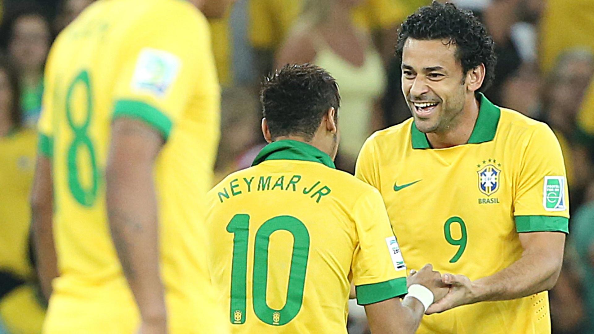 30.jun.2013 - Ao lado de Neymar, Fred comemora gol do Brasil sobre a Espanha na final da Copa das Confederações
