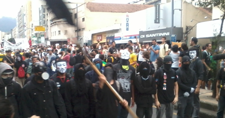 30.jun.2013 - Black Block, grupo radical que tomou a frente da manifestação com máscaras e uma postura intimidatória