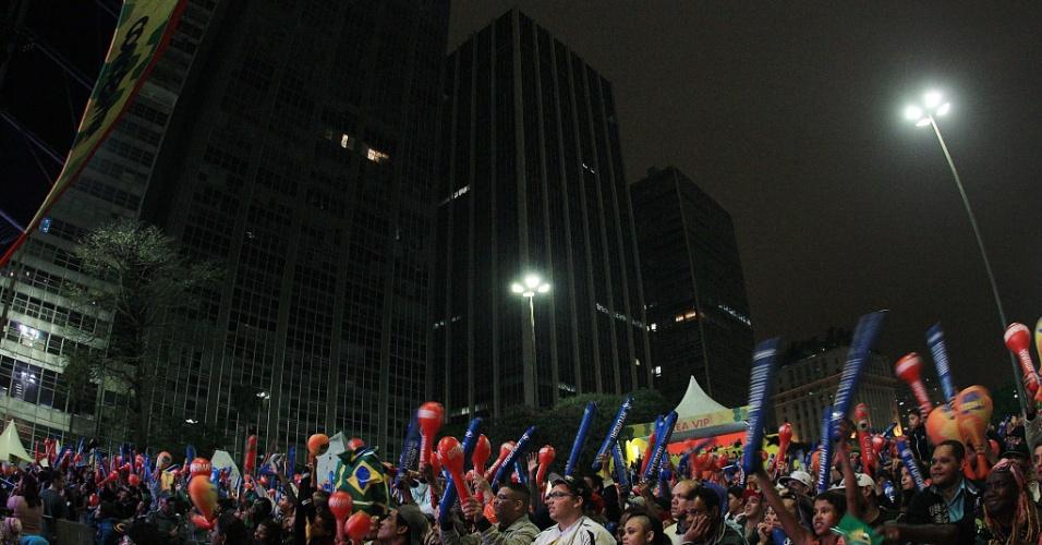 30.jun.2013 - Milhares de pessoas se reuniram no Vale do Anhangabaú, em São Paulo, para acompanhar a vitória brasileira sobre a Espanha na final da Copa das Confederações