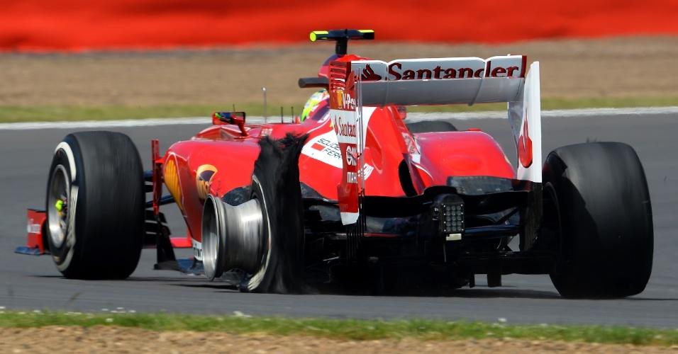 30.jun.2013 - Com pneu estourado, Felipe Massa leva sua Ferrari para os boxes do circuito de Silverstone durante o GP da Inglaterra