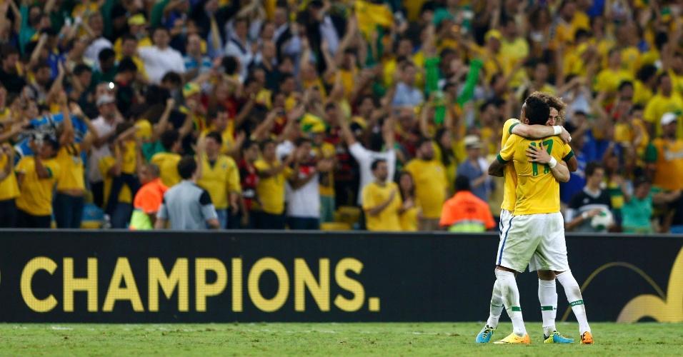30.jun.2013 - David Luiz e Luiz Gustavo comemoram título da seleção brasileira na Copa das Confederações
