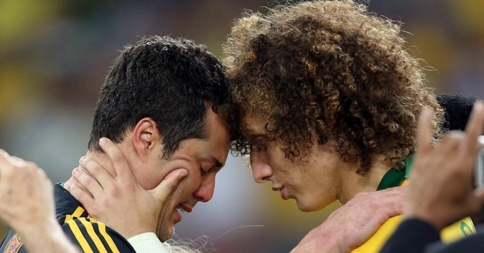 30.jun.2013 - Emocionado, Julio Cesar abraça David Luiz após título da seleção brasileira na Copa das Confederações
