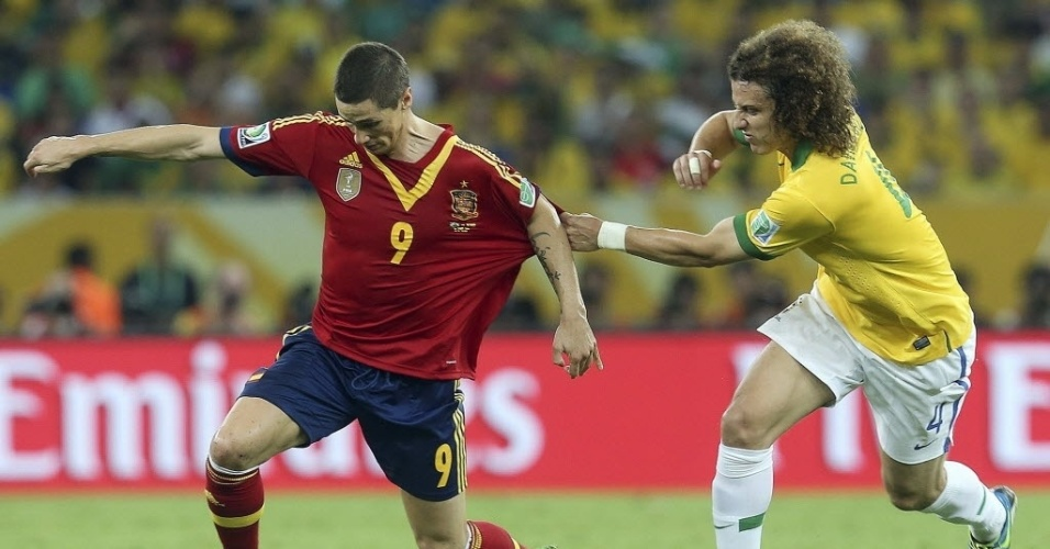 30.jun.2013 - Espanhol Fernando Torres tem camisa puxada por David Luiz durante final da Copa das Confederações
