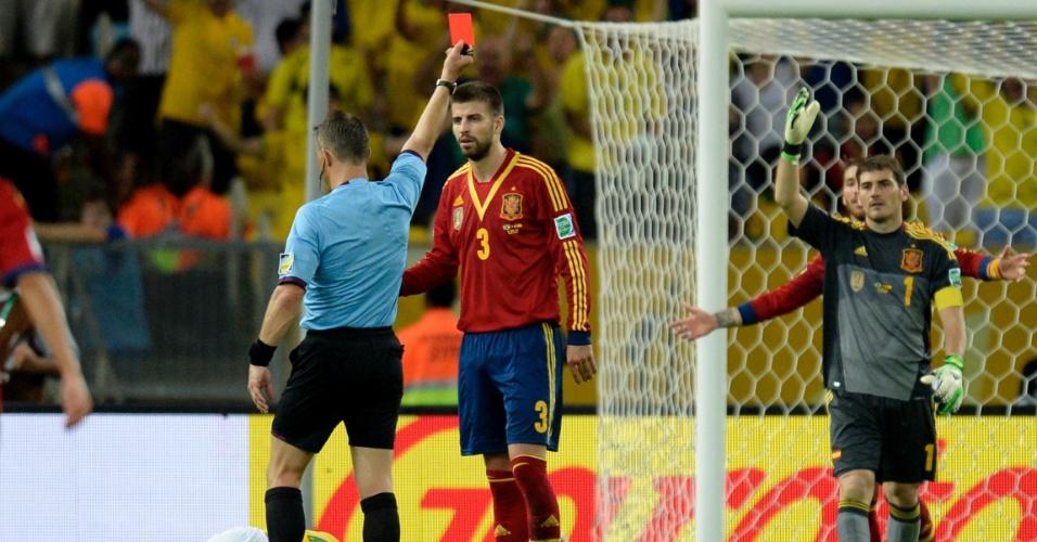 30.jun.2013 - Espanhol Piqué é expulso da partida após cometer falta em Neymar na final da Copa das Confederações
