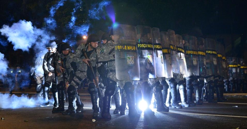 30.jun.2013 - Força Nacional contém manifestantes perto do Maracanã