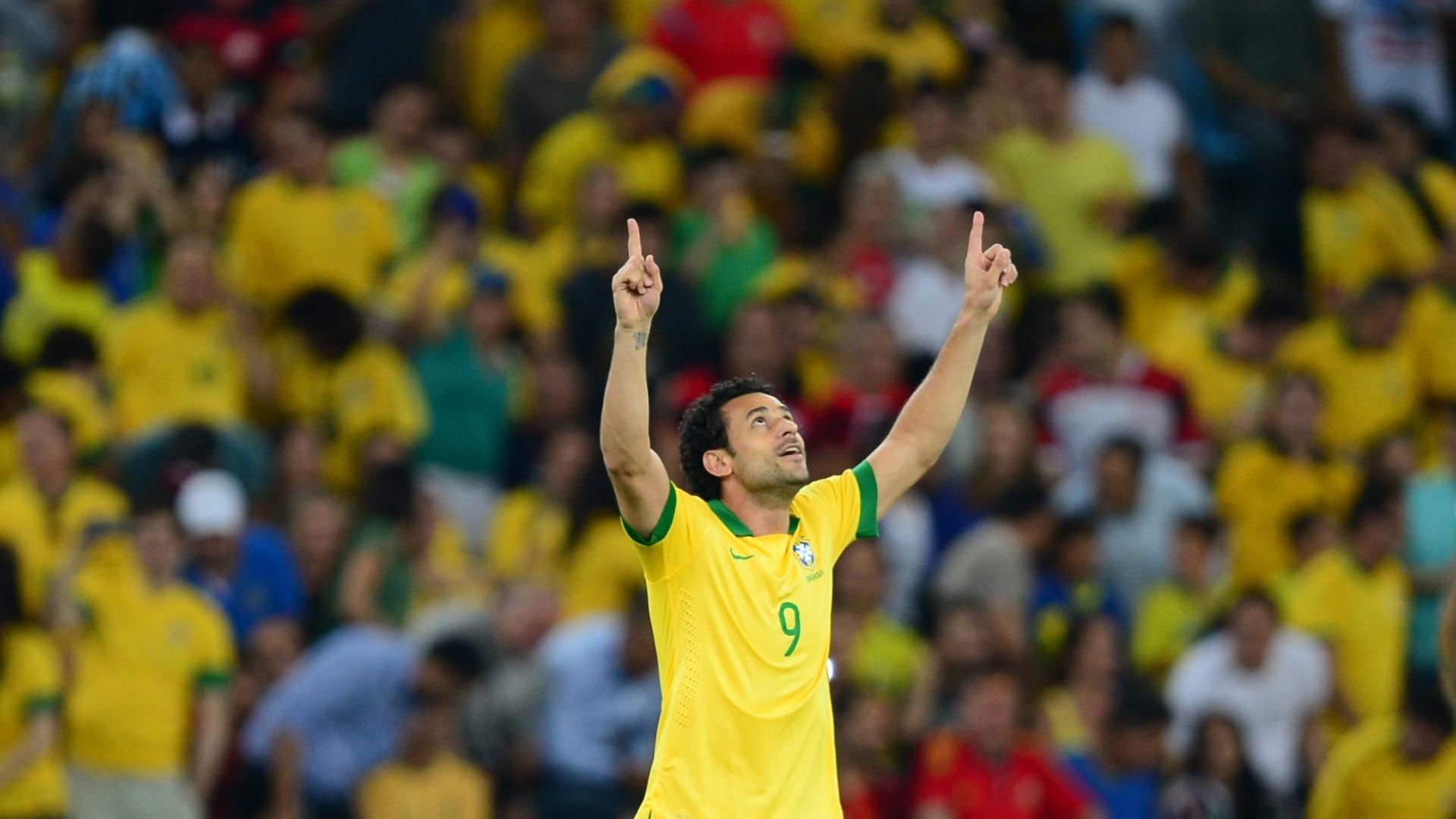 30.jun.2013 - Fred aponta para o céu após anotar gol do Brasil sobre a Espanha