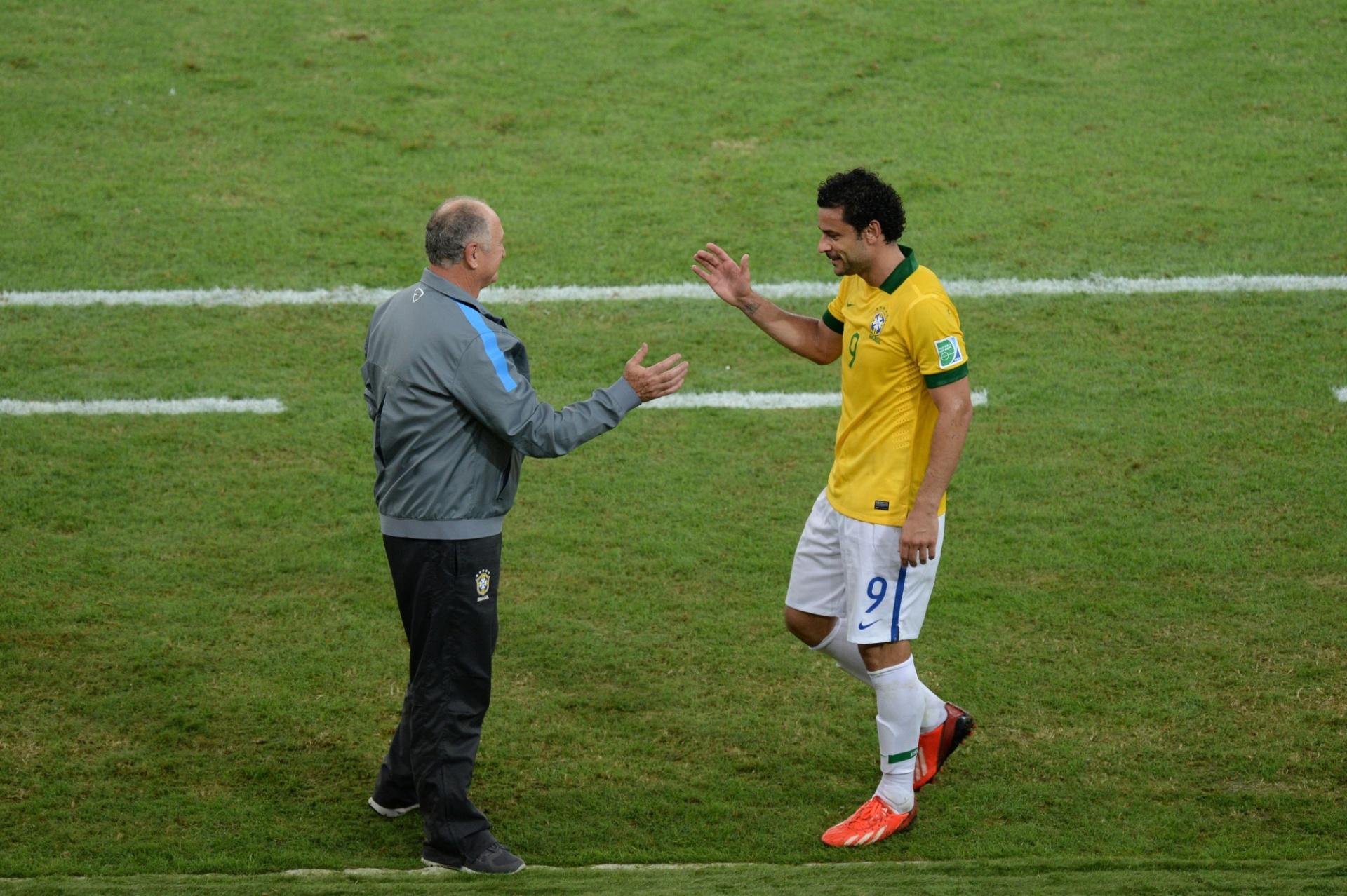 30.jun.2013 - Fred cumprimenta Felipão enquanto é substituído na final entre Brasil e Espanha