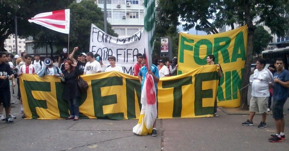 30.jun.2013 - Frente Nacional dos torcedores na praça Saens Peña, pedindo a saída de Marin, presidente da CBF