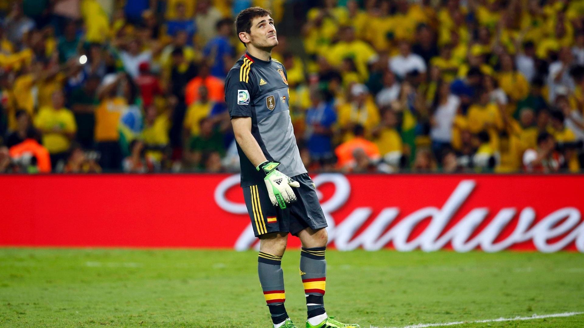 30.jun.2013 - Goleiro espanhol Iker Casillas olha desolado para o céu após gol do Brasil na final da Copa das Confederações