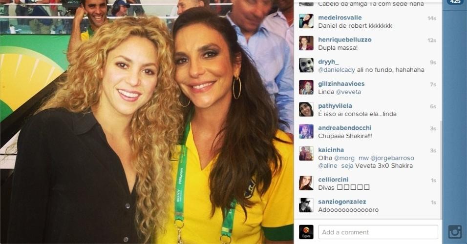 30.jun.2013 - Ivete Sangalo posa ao lado da cantora colombiana Shakira no Maracanã durante a final entre Brasil e Espanha