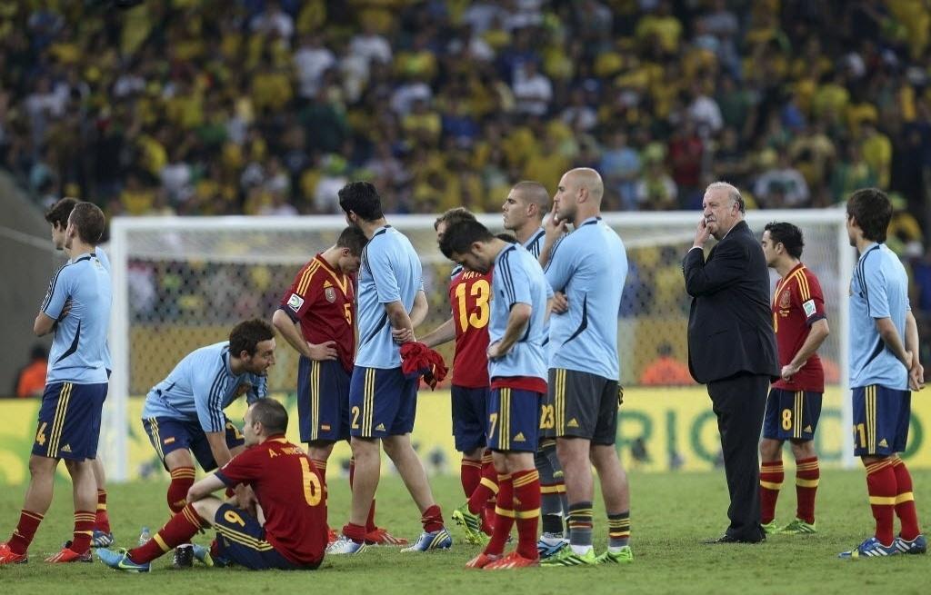 30.jun.2013 - Jogadores da Espanha demostram decepção após derrota para o Brasil na final da Copa das Confederações