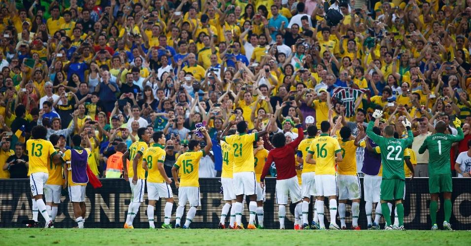 30.jun.2013 - Jogadores da seleção brasileira agradecem apoio da torcida no Maracanã após título da Copa das Confederações