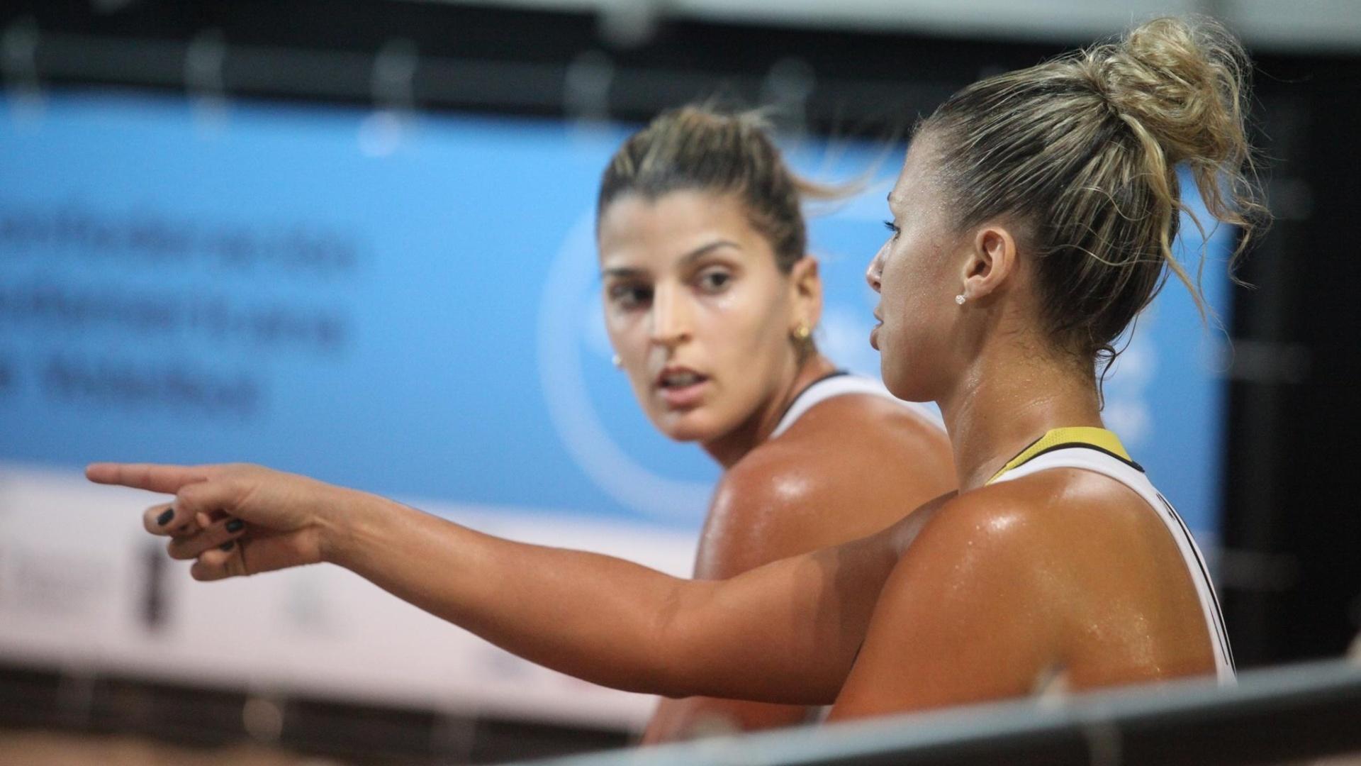 30.jun.2013 - Mari Paraíba (e.) ouve orientações da dupla Natasha durante jogo do Campeonato Sul-Americano, sua primeira competição oficial no vôlei de praia