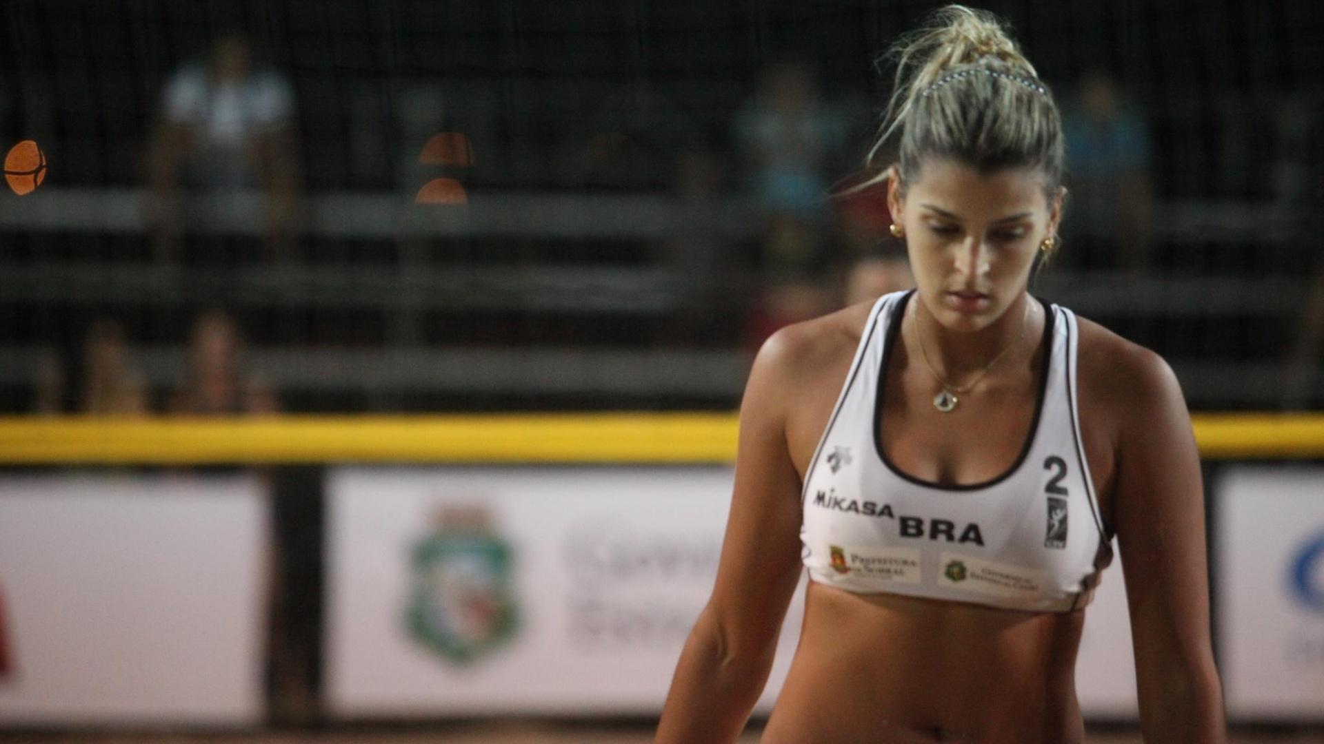 30.jun.2013 - Mari Paraíba perdeu para dupla chilena na sua estreia oficial no vôlei de praia
