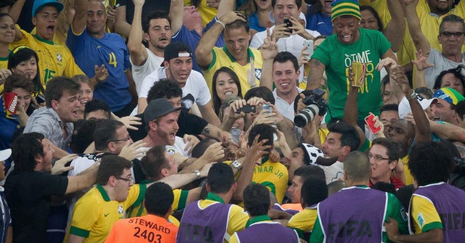 30.jun.2013 - Neymar abraça amigos na arquibancada após marcar segundo gol do Brasil sobre a Espanha