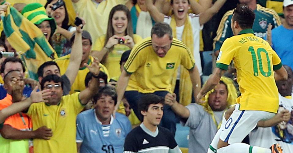30.jun.2013 - Neymar vai comemorar com a torcida ao marcar o segundo gol do Brasil contra a Espanha na final da Copa das Confederações